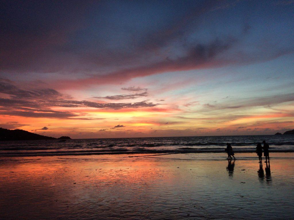 夕焼けが海に反射する