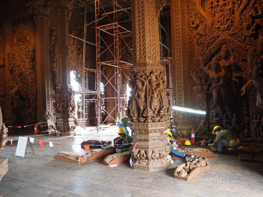 寺院内では建設作業が進んでいる
