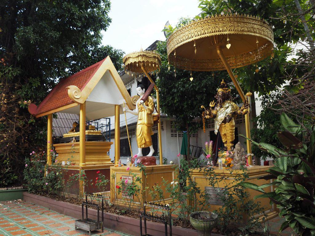 「ワット・プラシン」の仏像とガネーシャ像