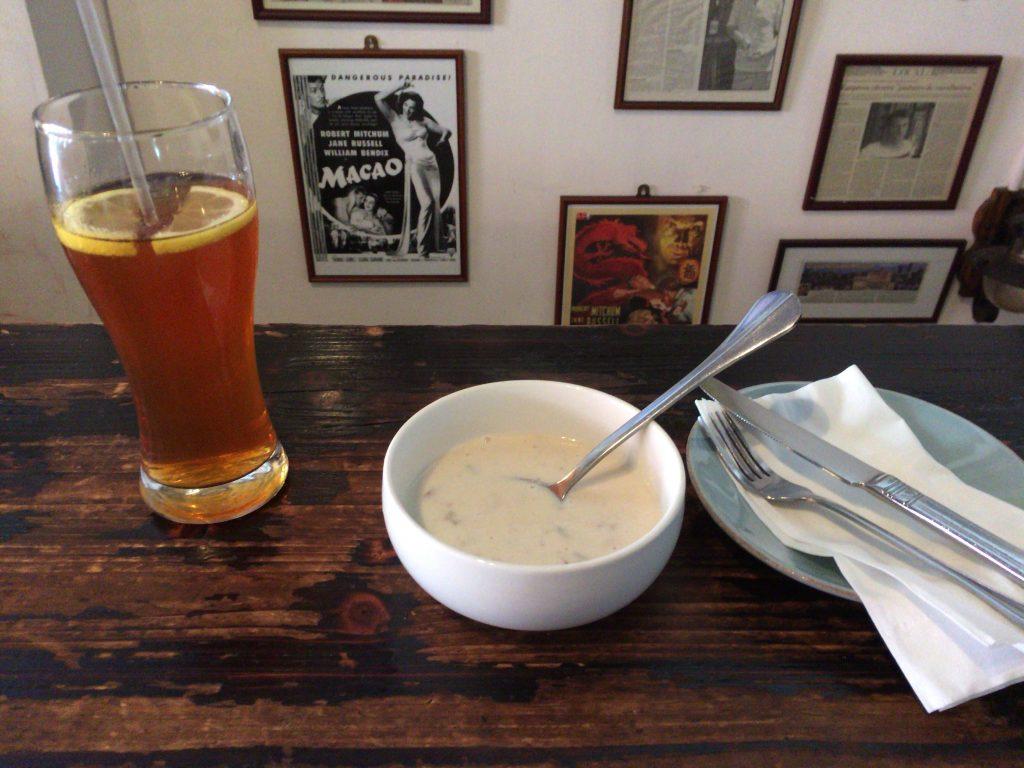 ランチセットのスープとアイスティー