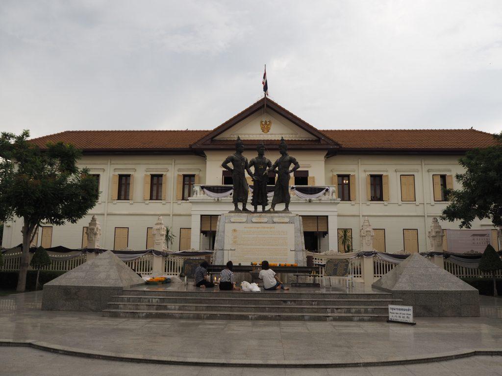 3人の王像がある広場