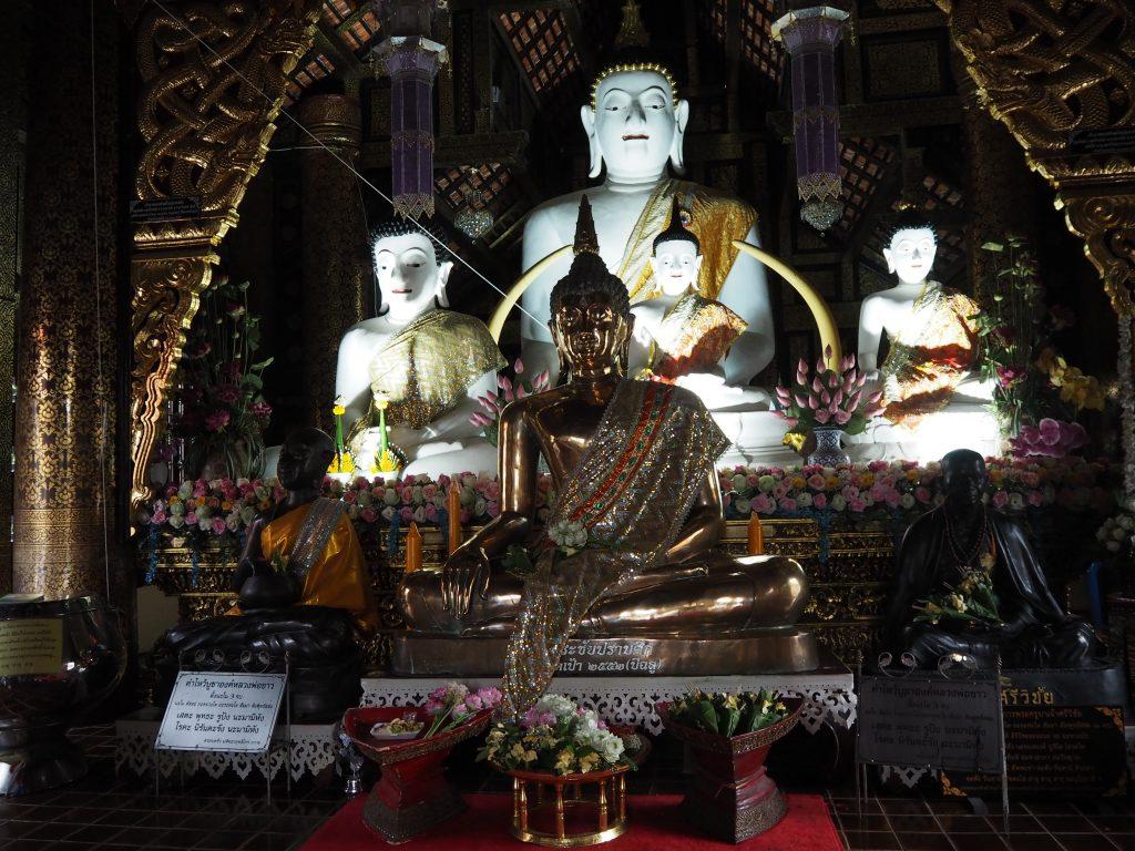 「ワット・インタキン・サドゥ・ムアン」の仏像