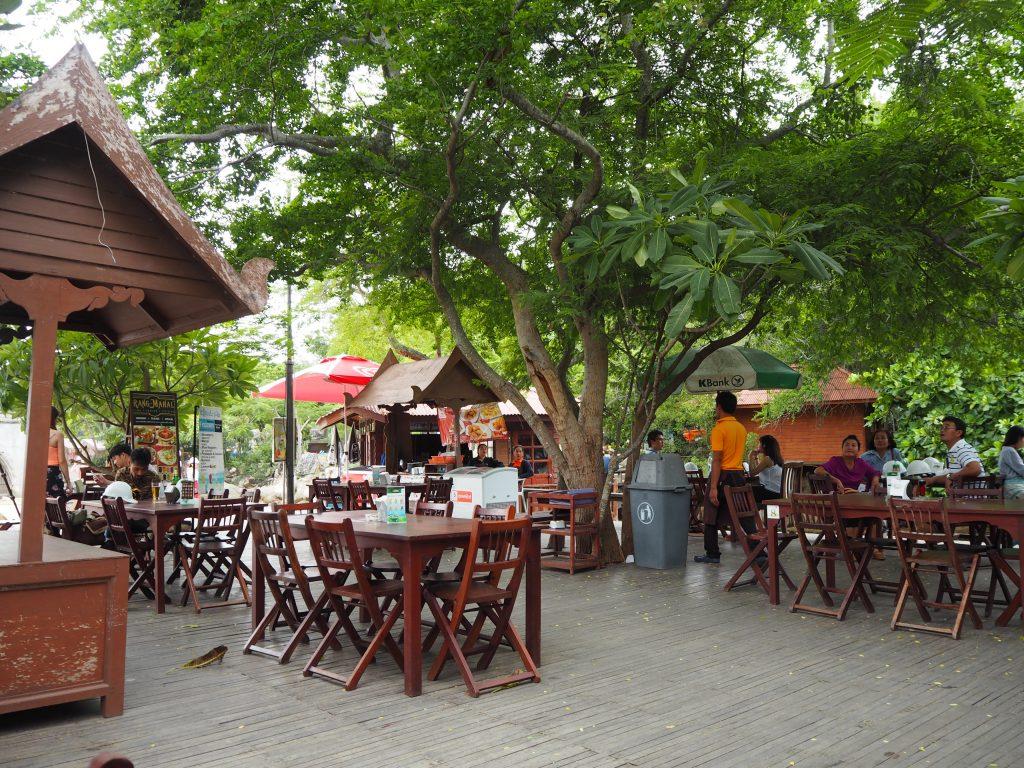 寺院の前には飲食店がある