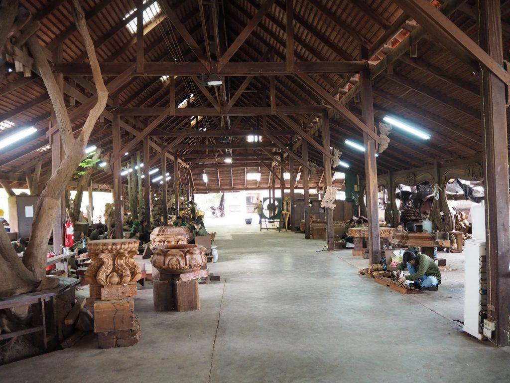 木彫りを続ける作業員たち