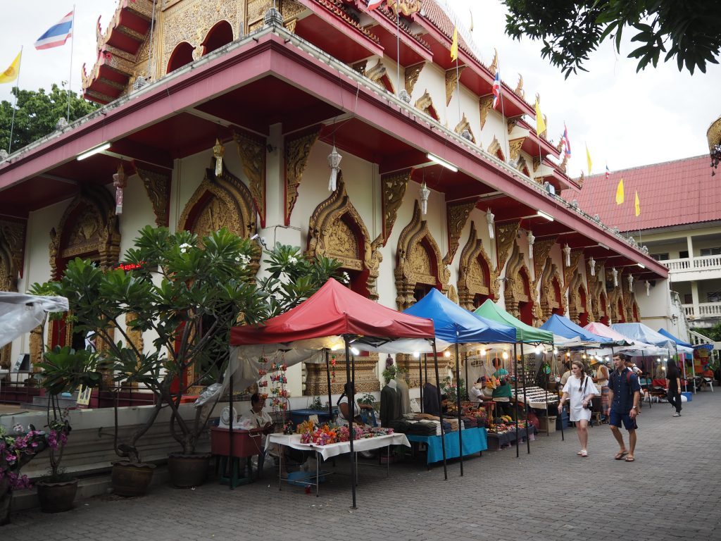 「ワット・パン・オン(Wat Phan On)」で開かれているマーケット
