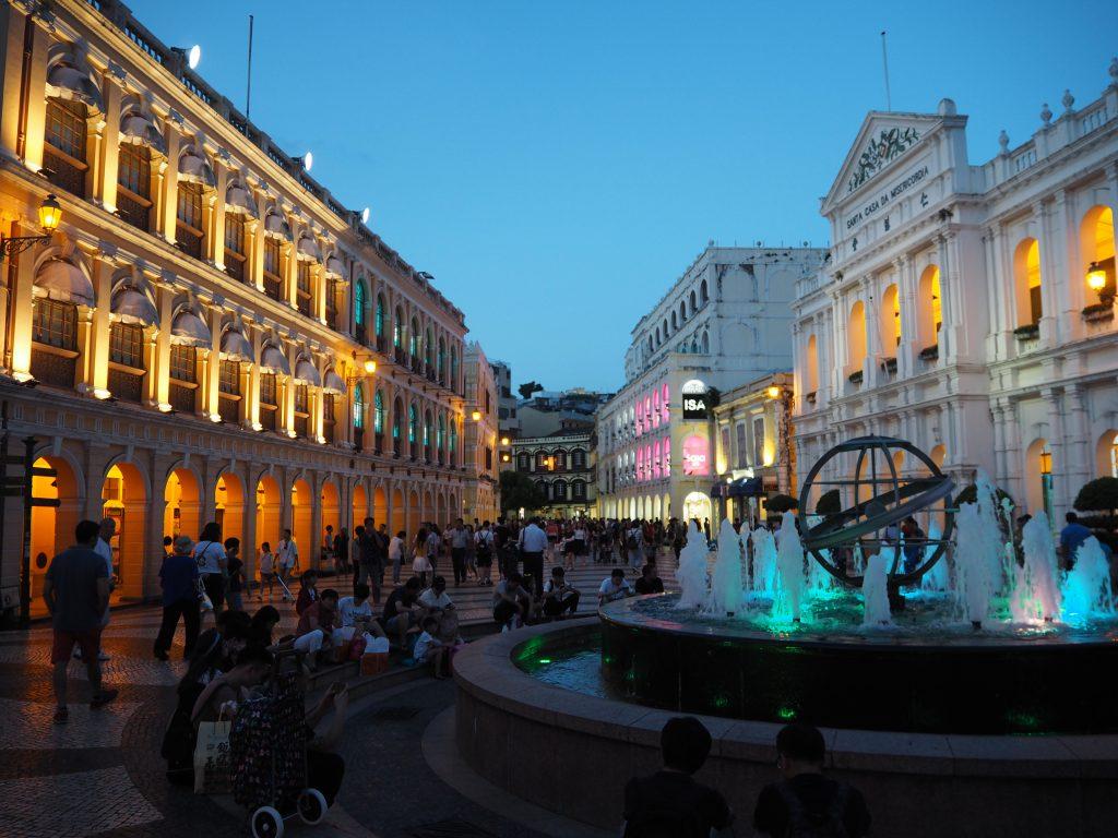 ライトアップされたセナド広場