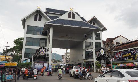 国境を越えミャンマーに向かう人々