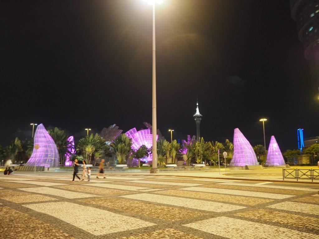 広場から見る夜のマカオタワー