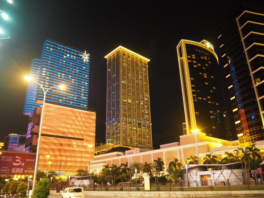 ライトアップされるマカオの高級ホテル