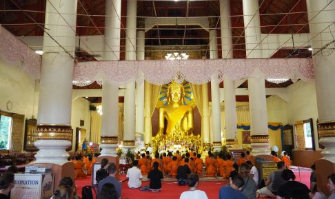 仏像の前には僧侶が集まっていた