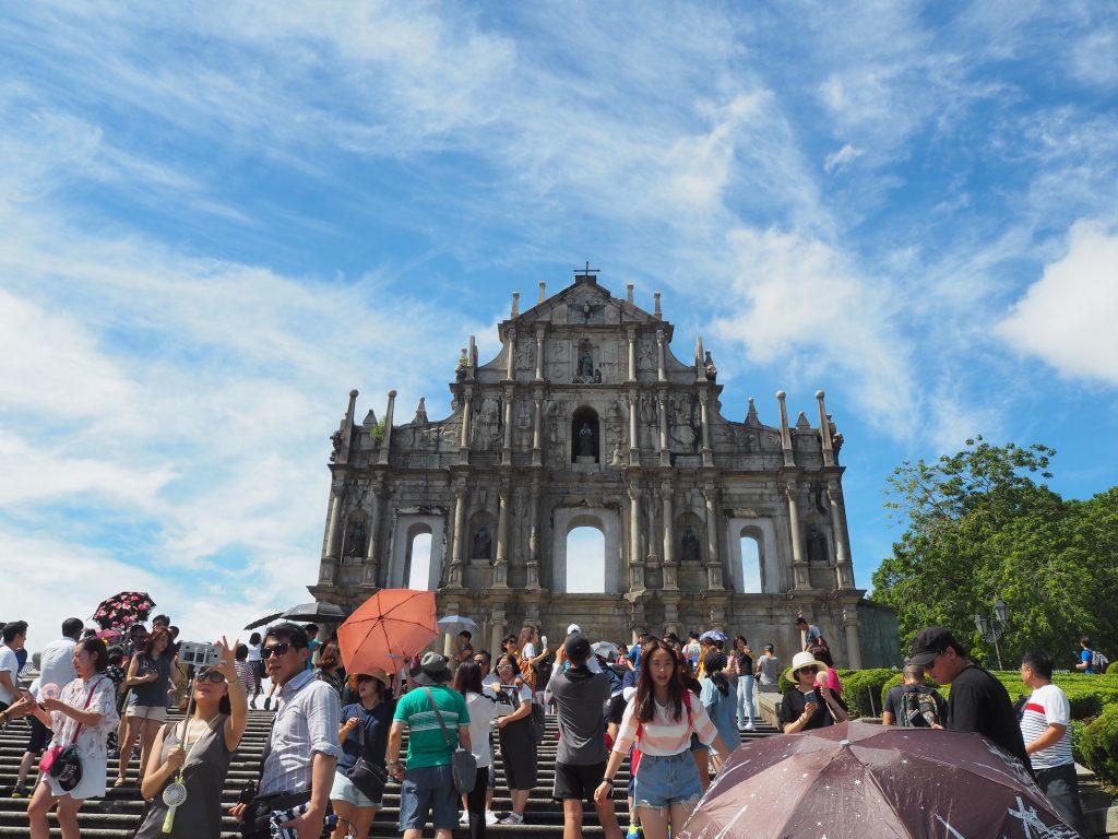 マカオの青空にそびえ立つ聖ポール天主堂跡