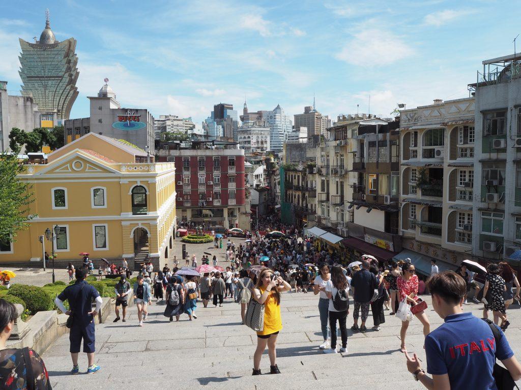 イエズス会記念広場周辺には多くの観光客が集う