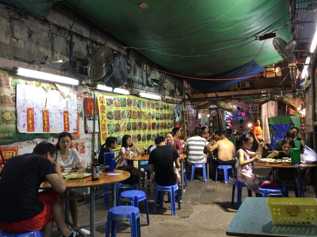 廟街ナイトマーケット沿いのレストラン