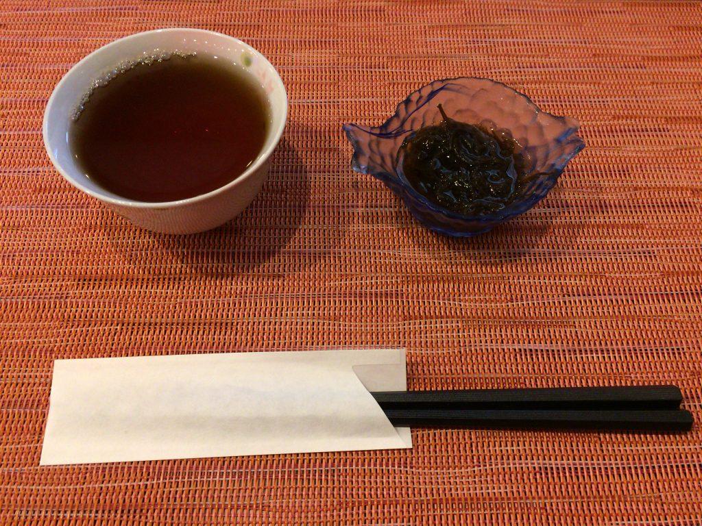 前菜のもずくとフリードリンクの温かいお茶