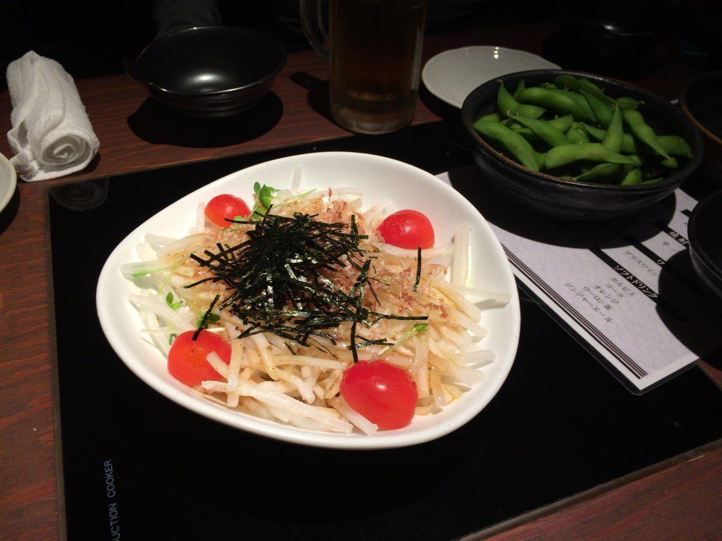 お通しの枝豆と大根サラダ