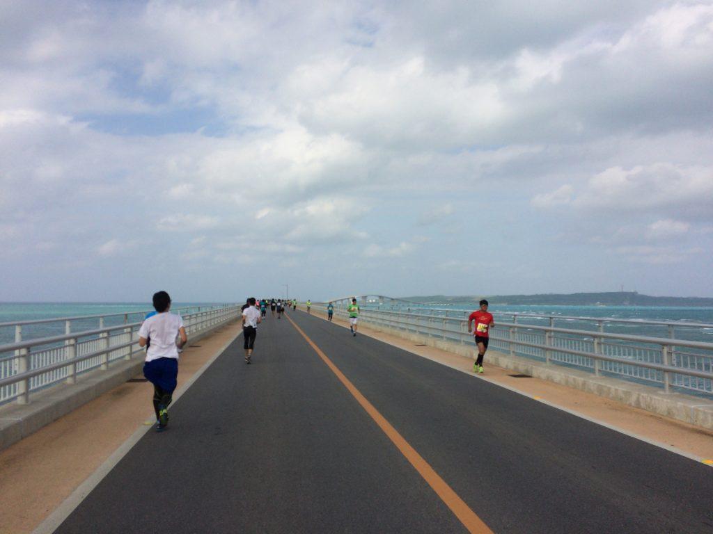 伊良部大橋を走る