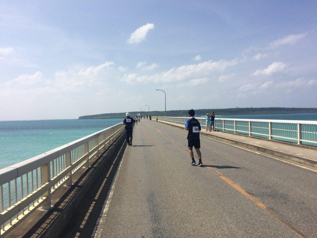 来間大橋を走る