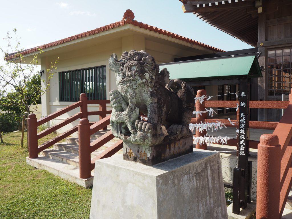 沖縄の神社らしくシーサーがいる