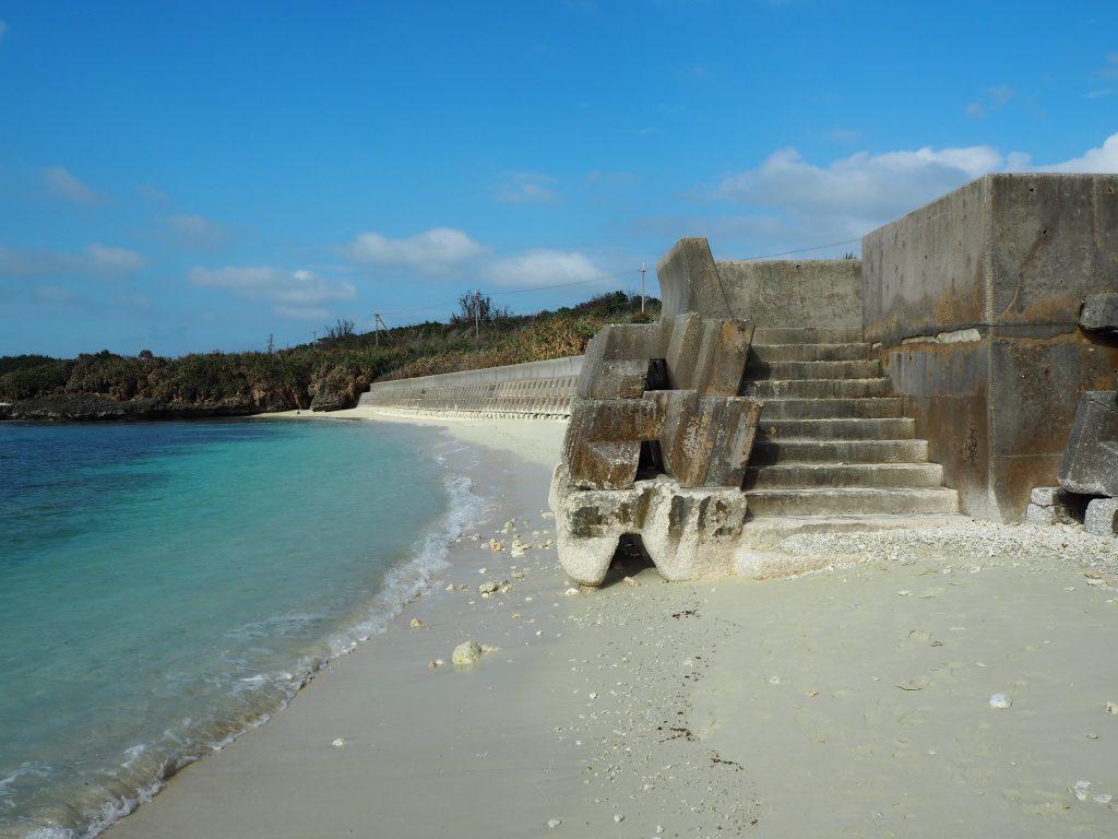 階段でビーチに降りることができる