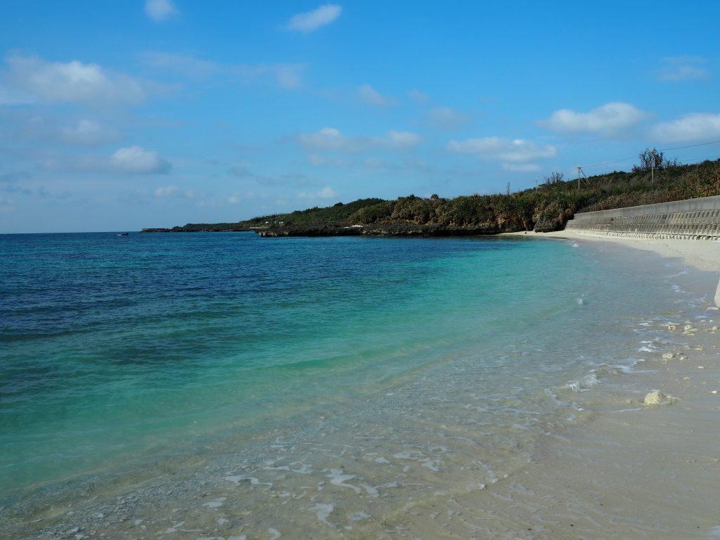 色鮮やかな間那津海岸の海