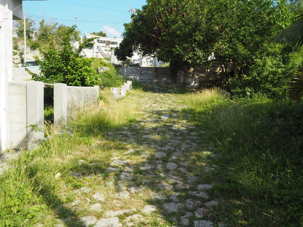 宮古神社前の漲水石畳道