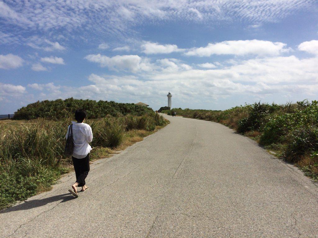 東平安名崎の灯台(平安名埼灯台)に向かって歩く