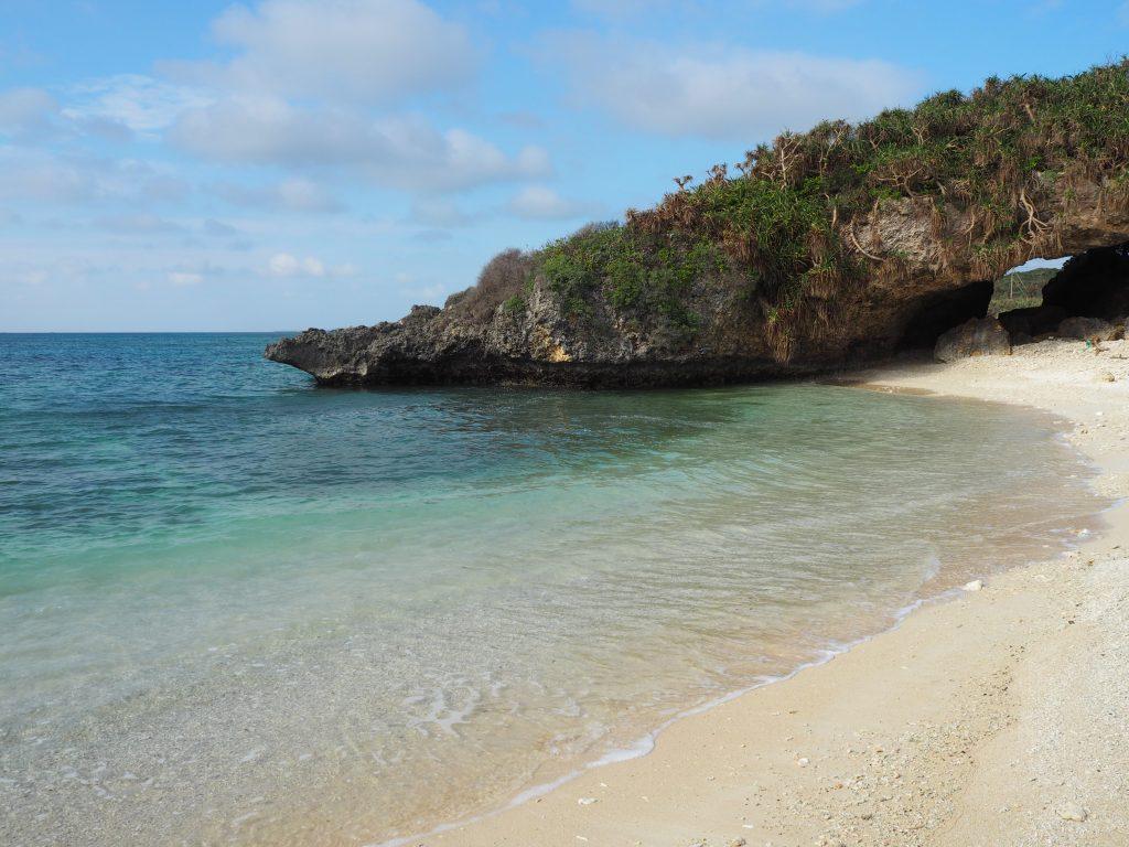 砂浜はごつごつとしており歩きづらい