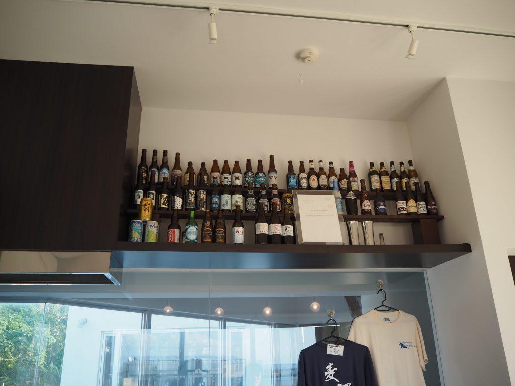 店内に並べられている日本各地の様々な地ビールの瓶