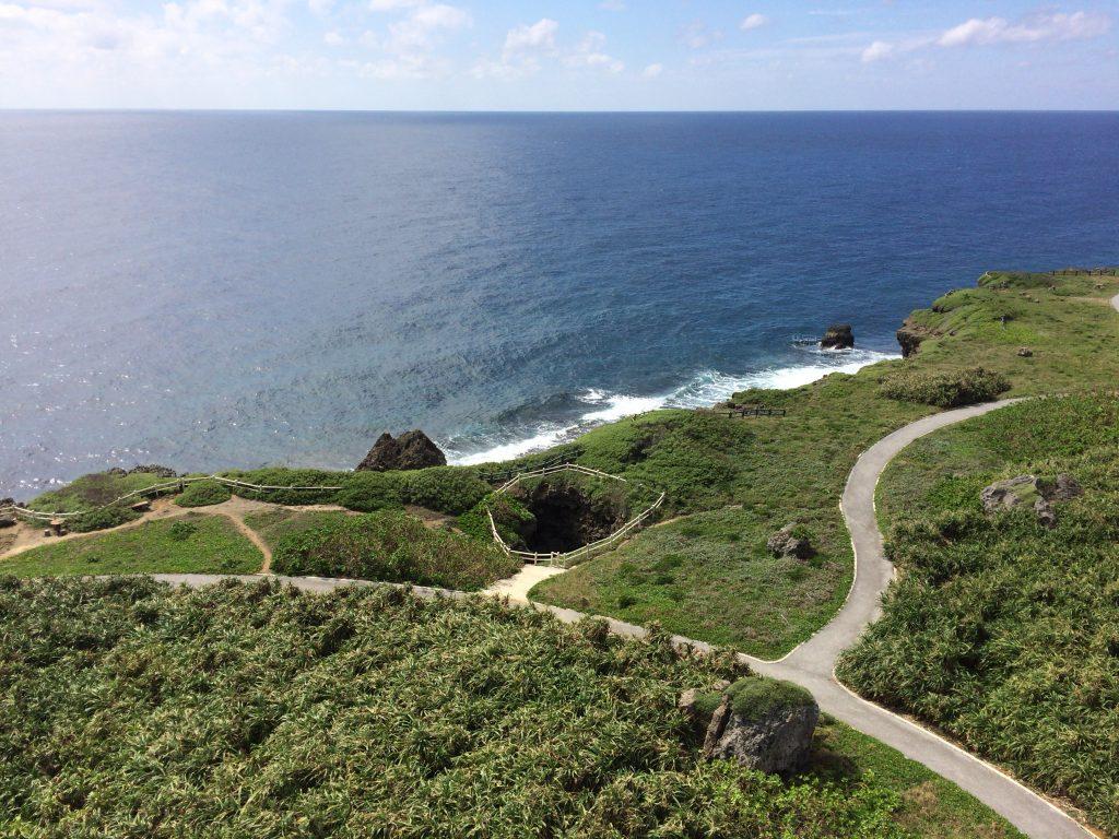 岬の先端には大きな穴が空いている