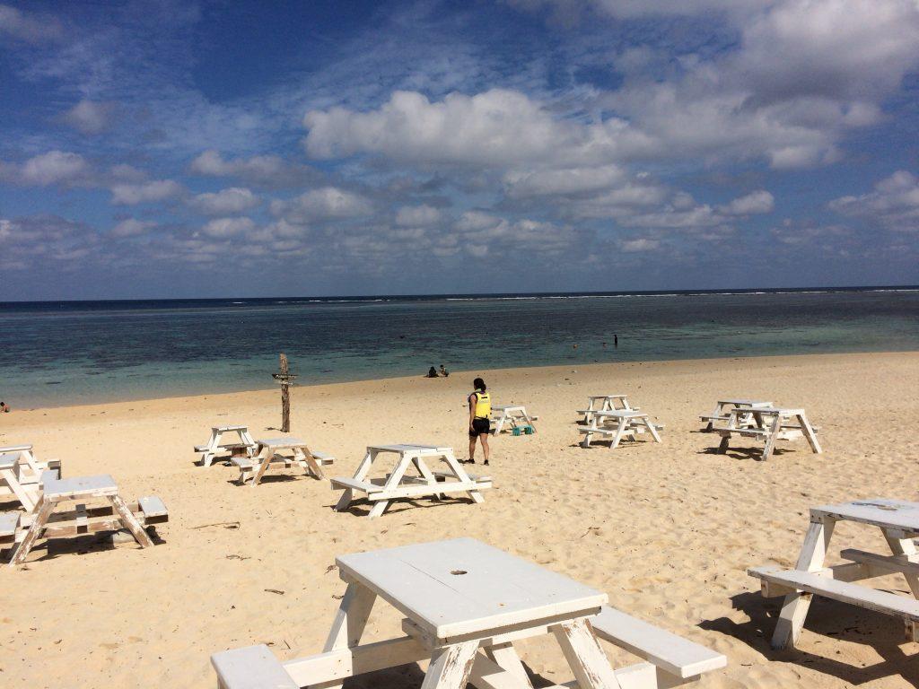 新城海岸のビーチにはテーブルが並べられている