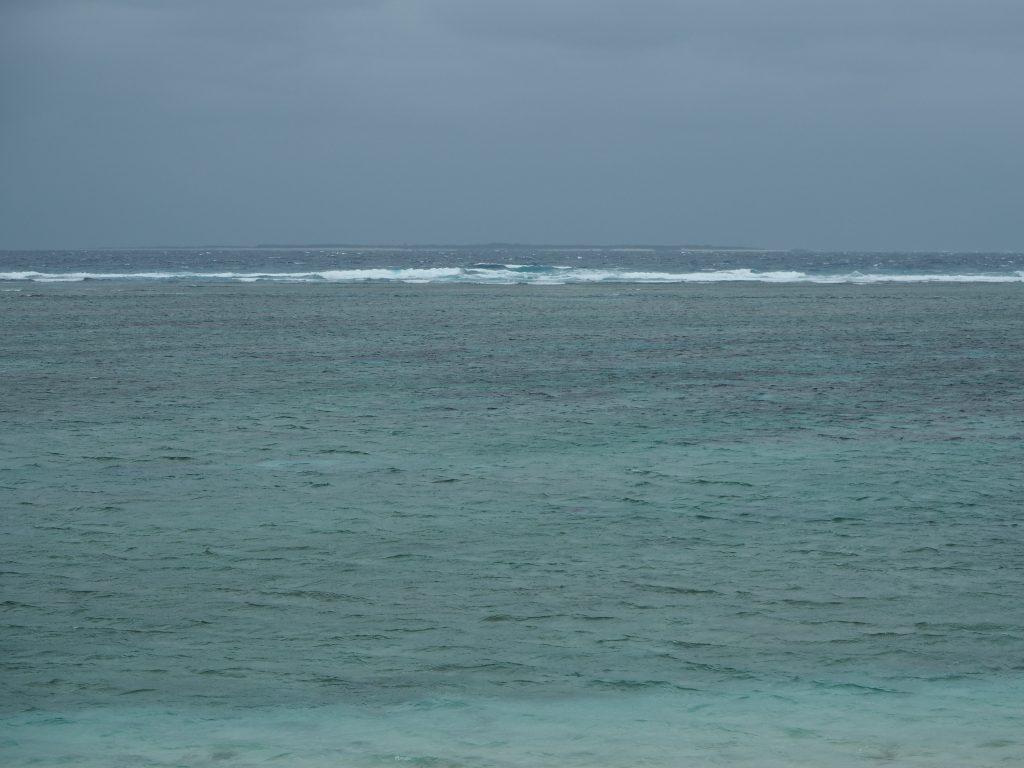 水納島(みんなじま)の島影