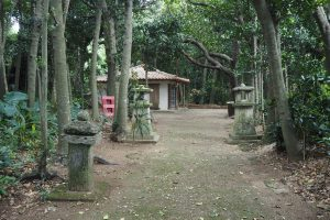 御嶽の周囲は木々で覆われている