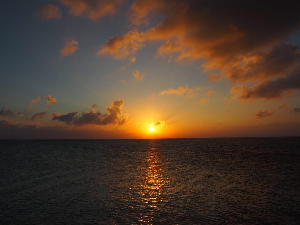 下地島空港のエメラルドグリーンの海に沈む夕日