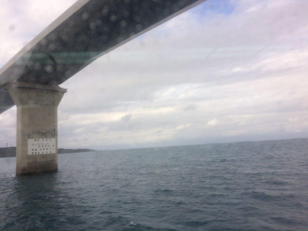 伊良部大橋の下をくぐる