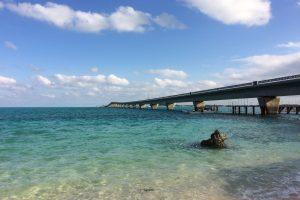 ビーチから池間大橋を望む