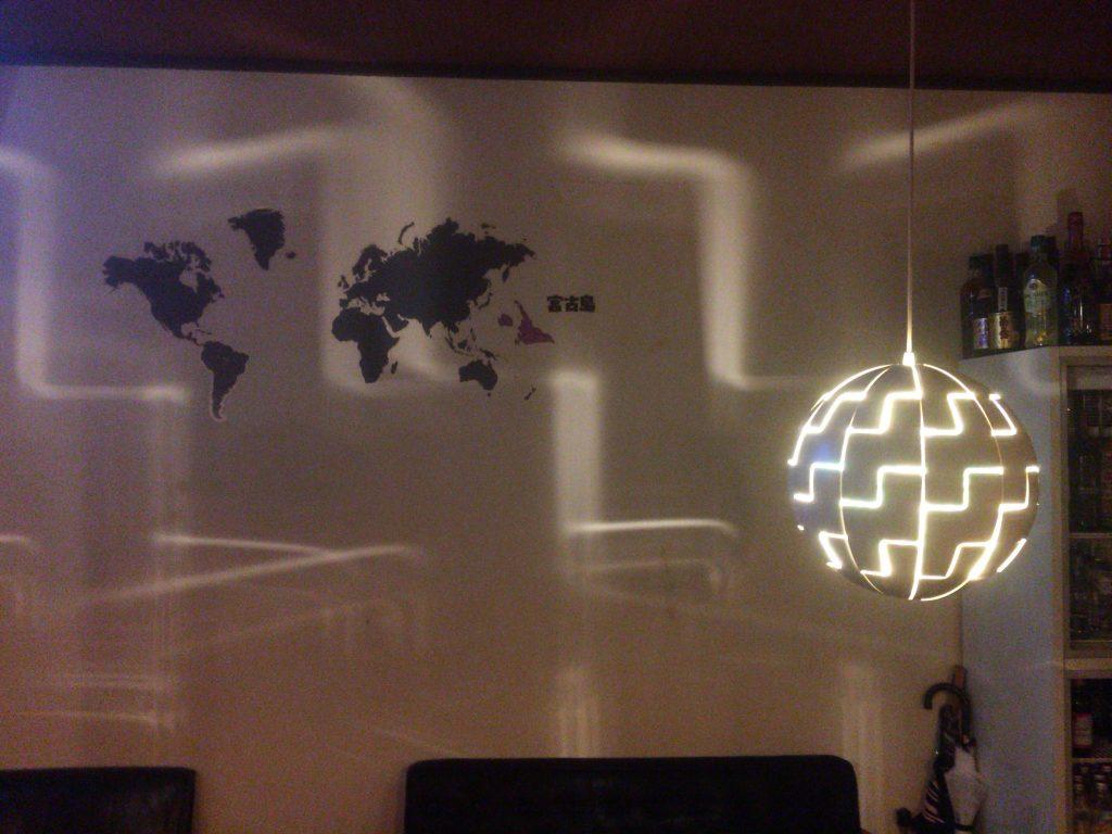 壁には一風変わった世界地図がある