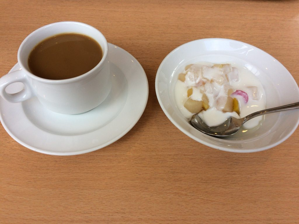 食後にはコーヒーとフルーツヨーグルトをいただく
