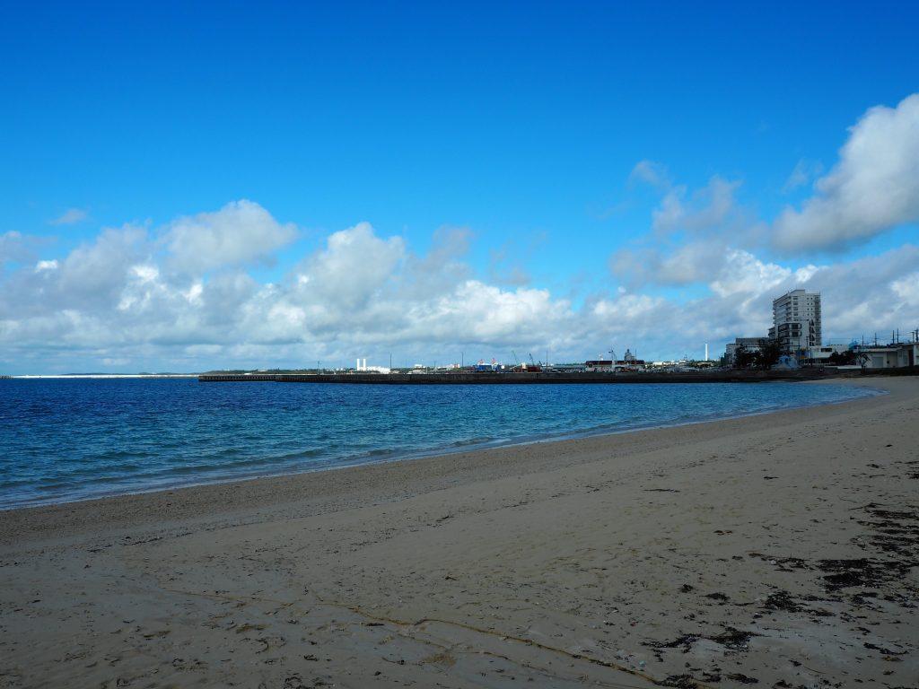 ビーチの隣は平良港だ