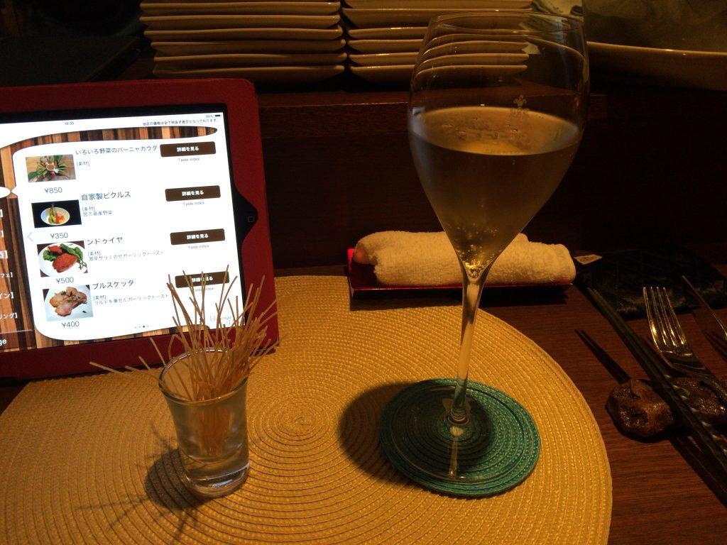 シャンパンと揚げパスタ
