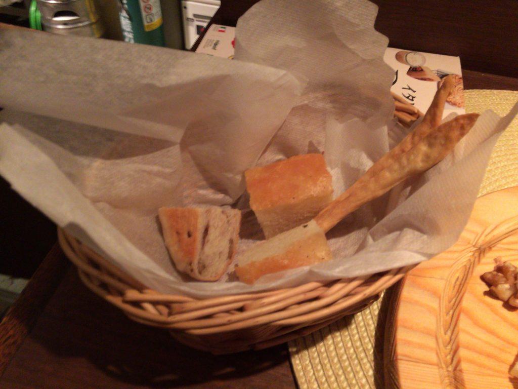 前菜にはパンが付いてきた