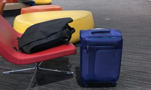 機内に持ち込んだスーツケースとリュック