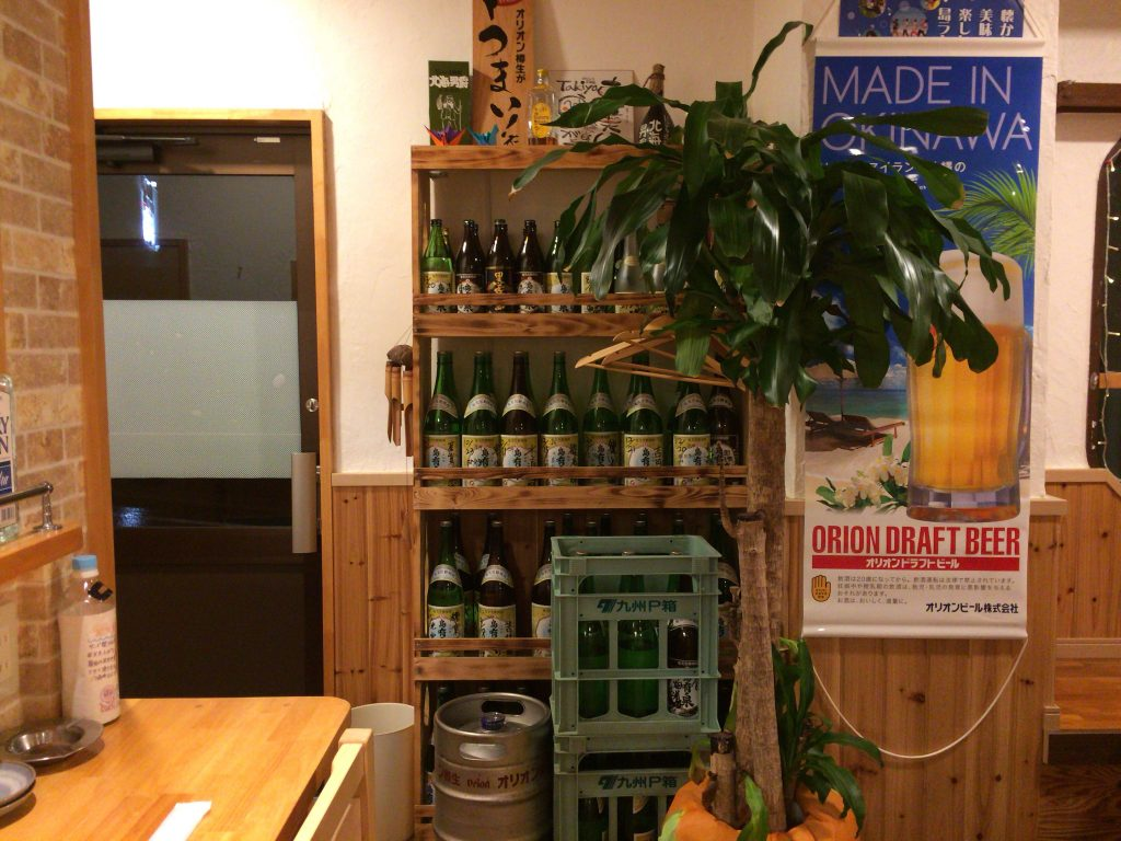 黒糖焼酎「島有泉(しまゆうせん)」が並べられた店内