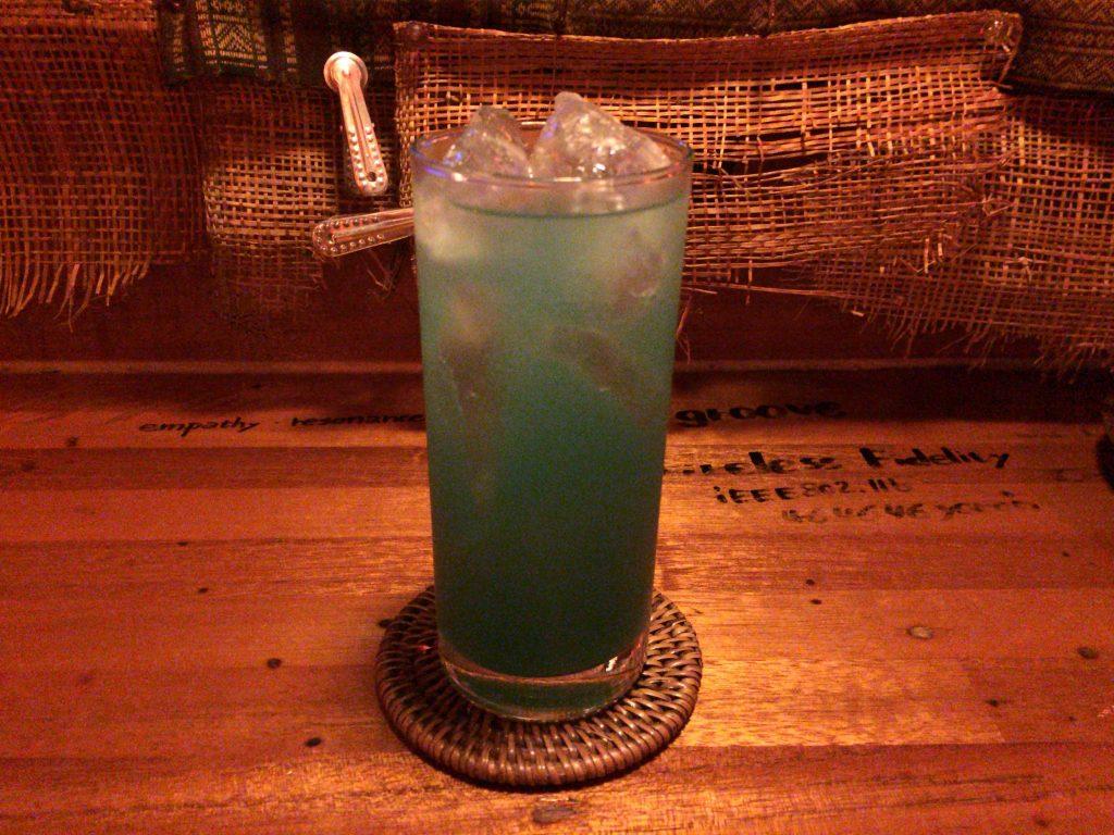 与論島らしい青色のカクテル