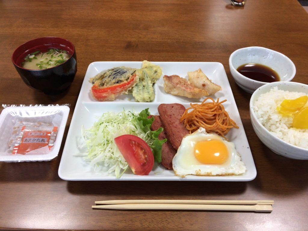 こちらも予め盛り付けられていた朝食。天ぷらが美味しかった