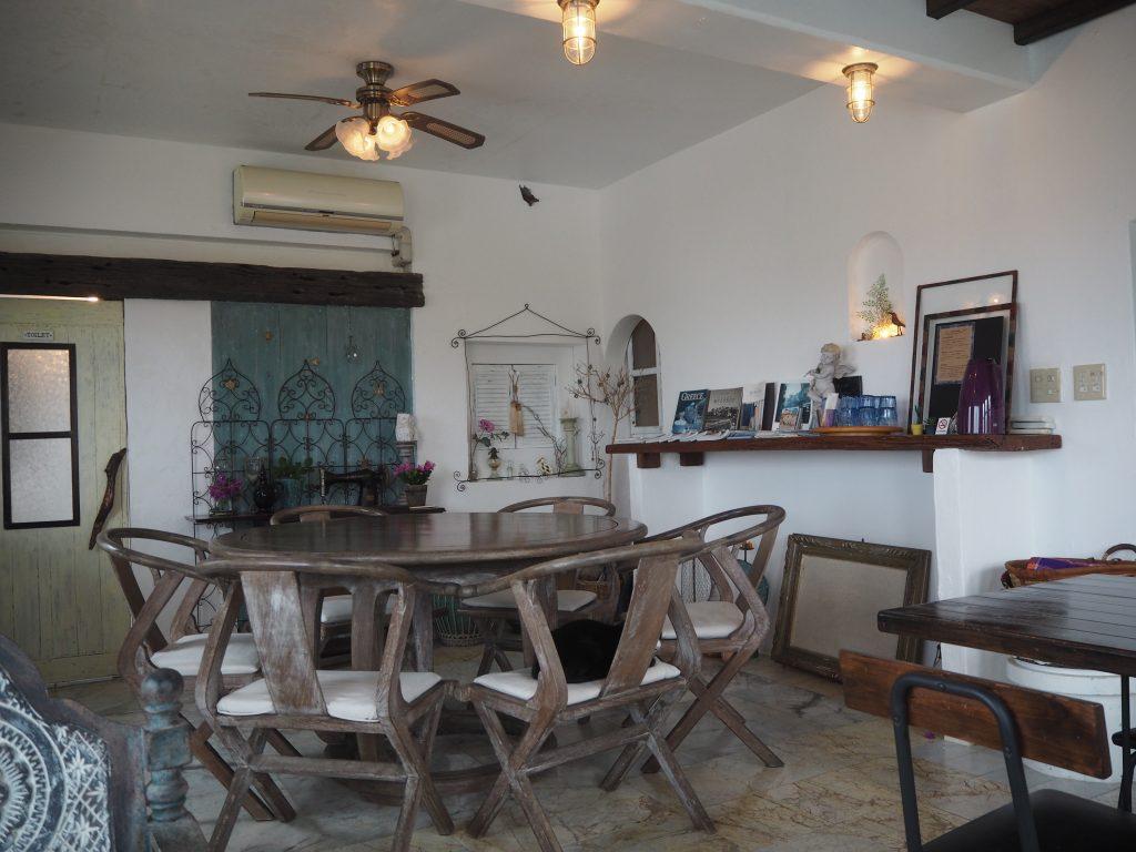 「海カフェ」の店内