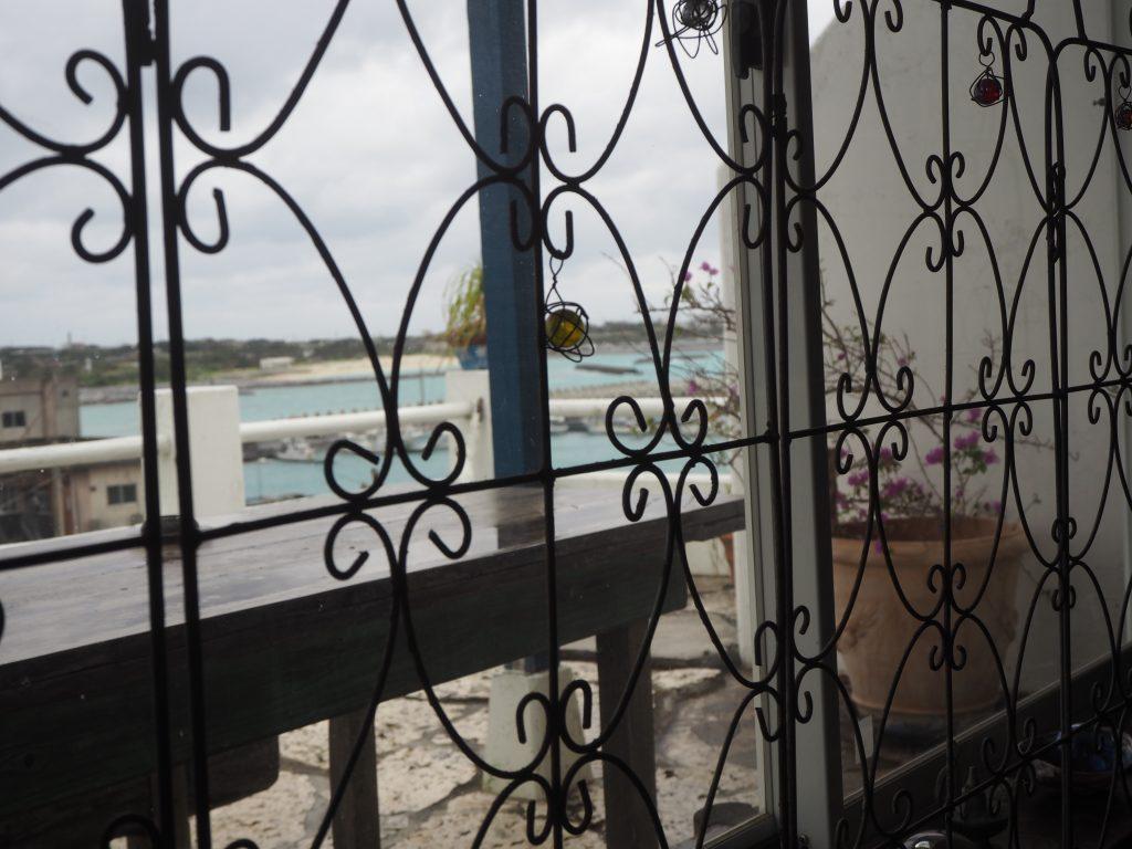 窓から港を望む