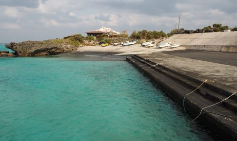 宇勝海岸隣の漁港
