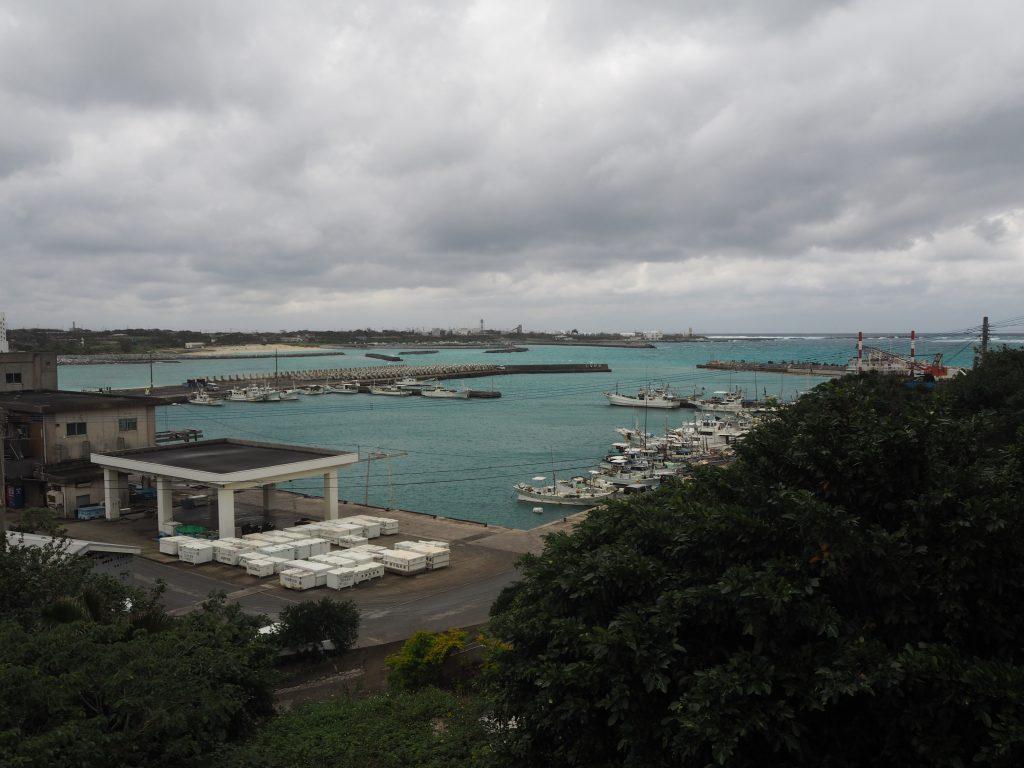 ベランダから茶花漁港を望む