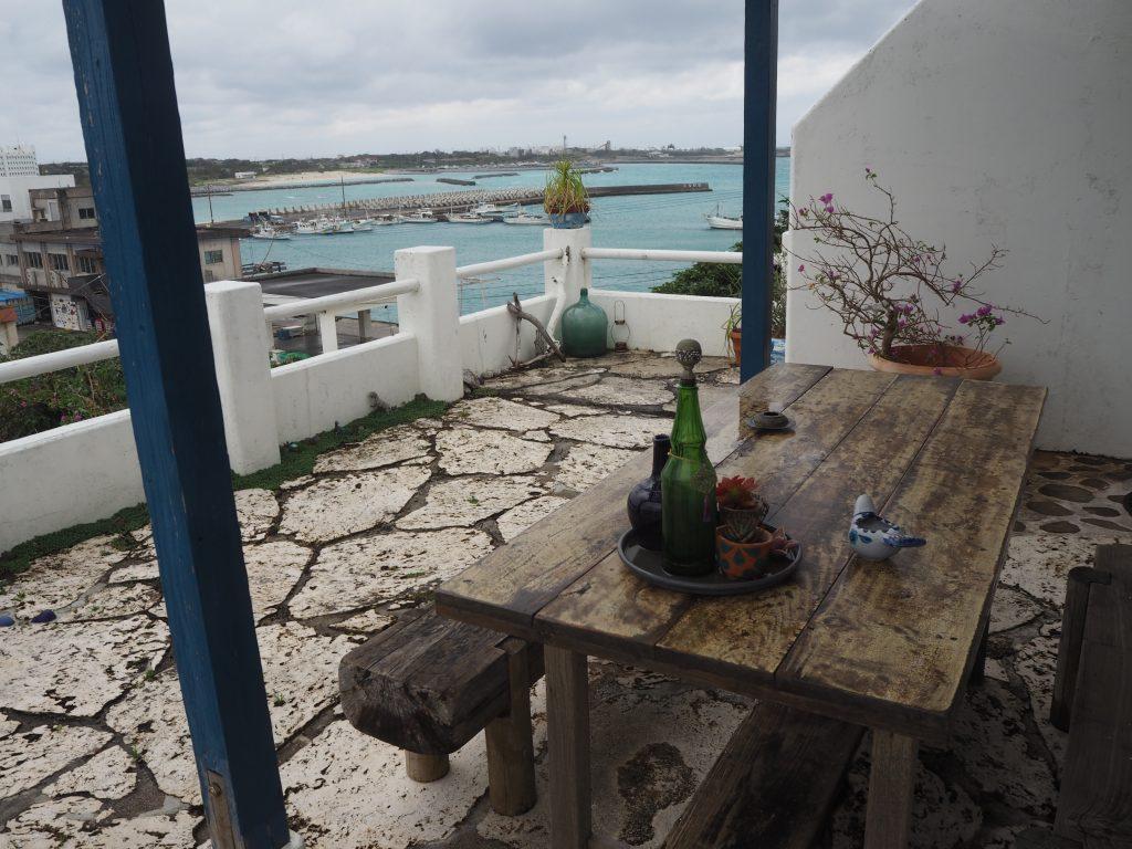 「海カフェ」のテラス席(ベランダ)
