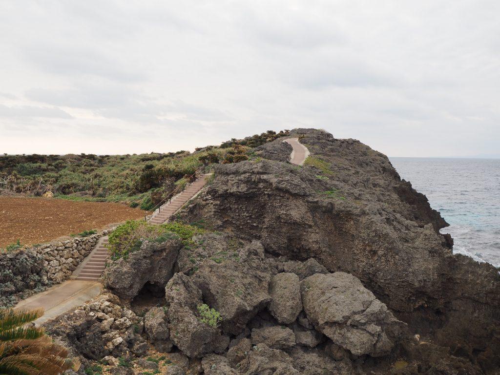 尾道遊歩道(びどうゆうほどう)。海沿いの断崖絶壁に道が続く